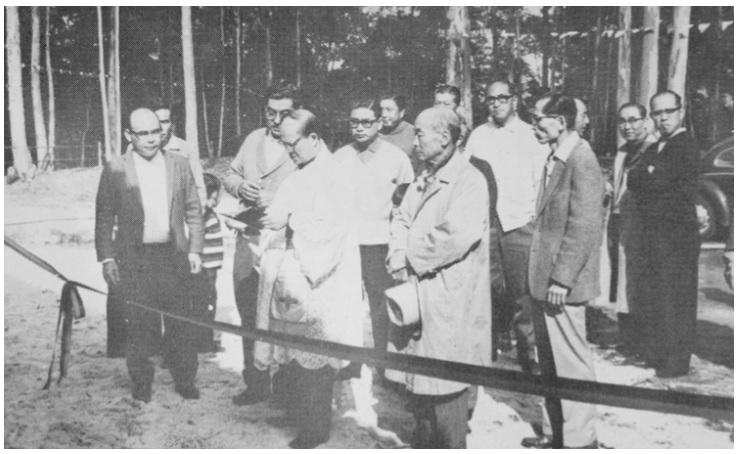Cerimônia religiosa de inauguração realizada pelo padre Takeuchi. À esq., de terno, Isao Ono, um dos idealizadores do campo