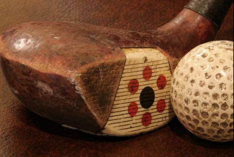 Madeira e bola típicas do golfe praticado entre as décadas de 1930 a 1970