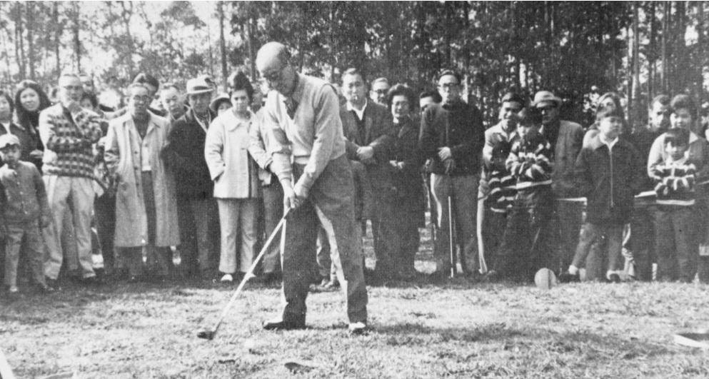 O primeiro presidente, Kunito Miyasaka, inaugurando o campo