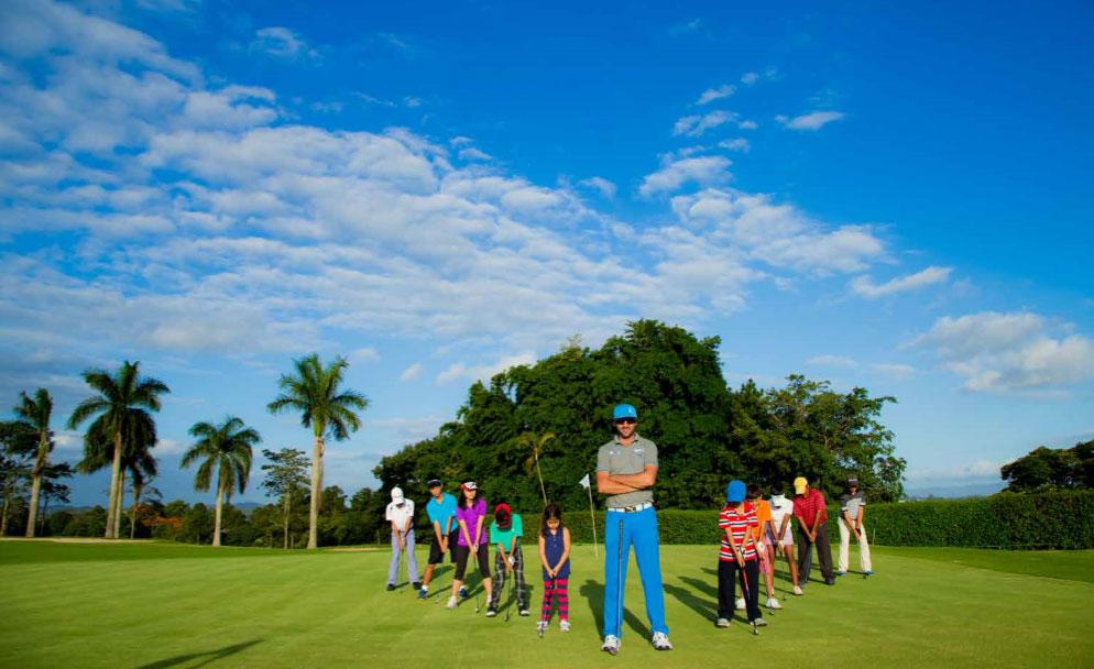 Crianças aprendendo os fundamentos básicos do  golfe com o profissional  Anderson Namur